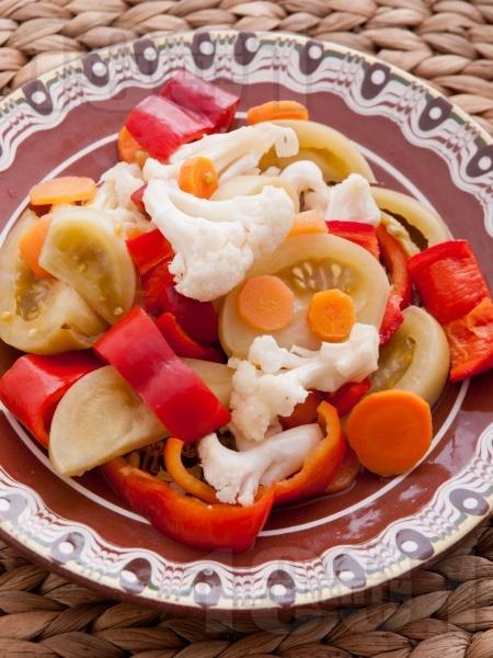 Традиционна царска туршия с червени чушки камби, зелени домати, карфиол, моркови и целина с оцет и захар в буркани - снимка на рецептата